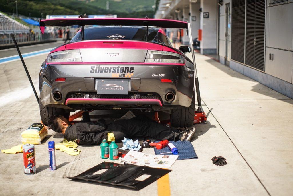 ASTONMARTIN V8 Vantage 弊社デモカー Fuji1GP 出走前準備